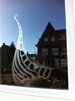 Lijnbeeld in metaal met glas , kunstwerk van Anja van Rijen