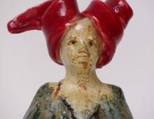 Tante van keramiek met rode hoed